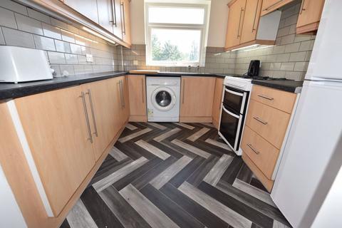 5 bedroom house to rent - Queenswood Drive, Leeds
