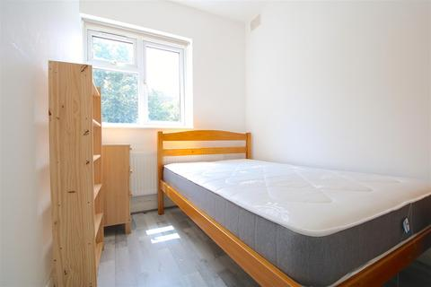 5 bedroom house share to rent - Cricklade Avenue, London