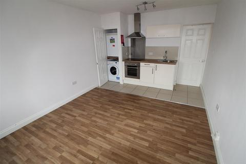 Studio to rent - High Street South, Dunstable
