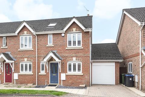 3 bedroom end of terrace house for sale - Tringham Close, Knaphill, Woking, GU21
