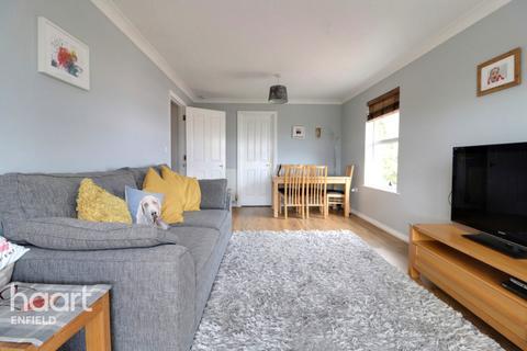 2 bedroom flat - Cobham Close, Enfield