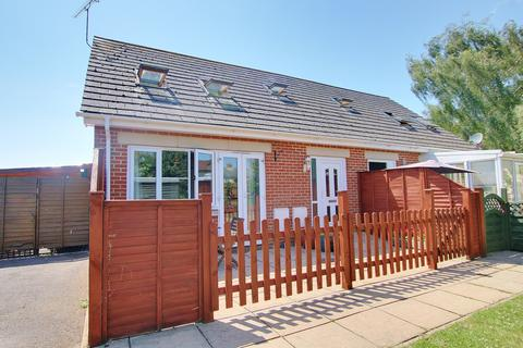 2 bedroom chalet for sale - NO CHAIN! IDEAL LOCATION! ENSUITE! COURTYARD GARDEN!