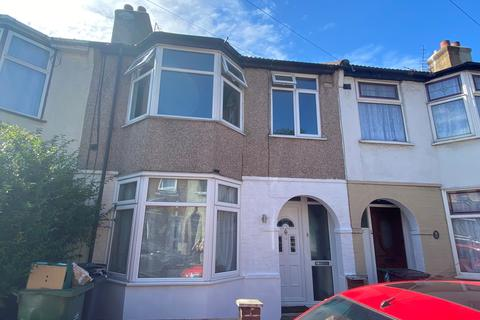 3 bedroom house to rent - Alpha Road , Chingford ,