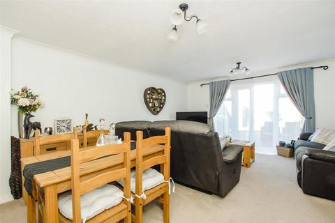 3 bedroom semi-detached house for sale - Eltham Avenue, Cippenham