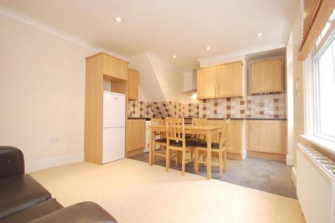 3 bedroom flat - Sellincourt Road, Tooting