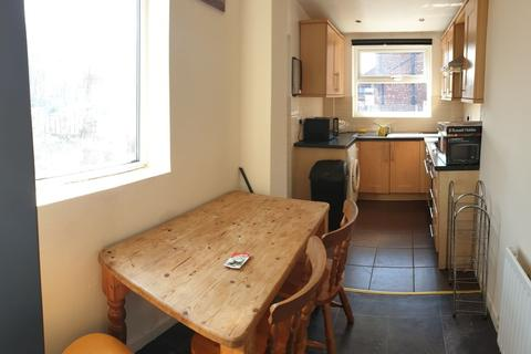 4 bedroom property to rent - Yew Tree Road, Fallowfield