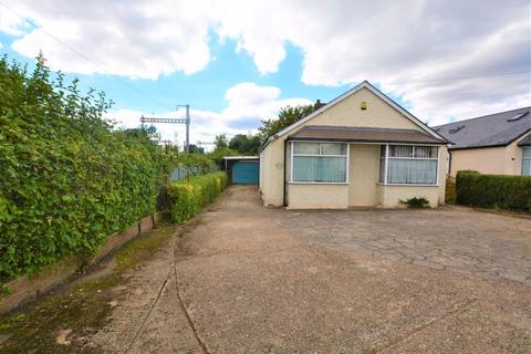 3 bedroom bungalow for sale - Lawrence Way, Slough