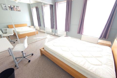 4 bedroom terraced house - Birstall Rd, Kensington