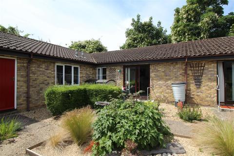 2 bedroom bungalow for sale - Kimbolton Court, Peterborough