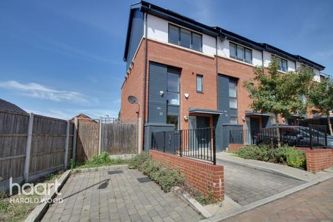 4 bedroom terraced house for sale - Sallow Road, Romford