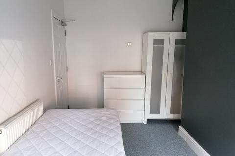1 bedroom in a house share to rent - Newcastle Avenue