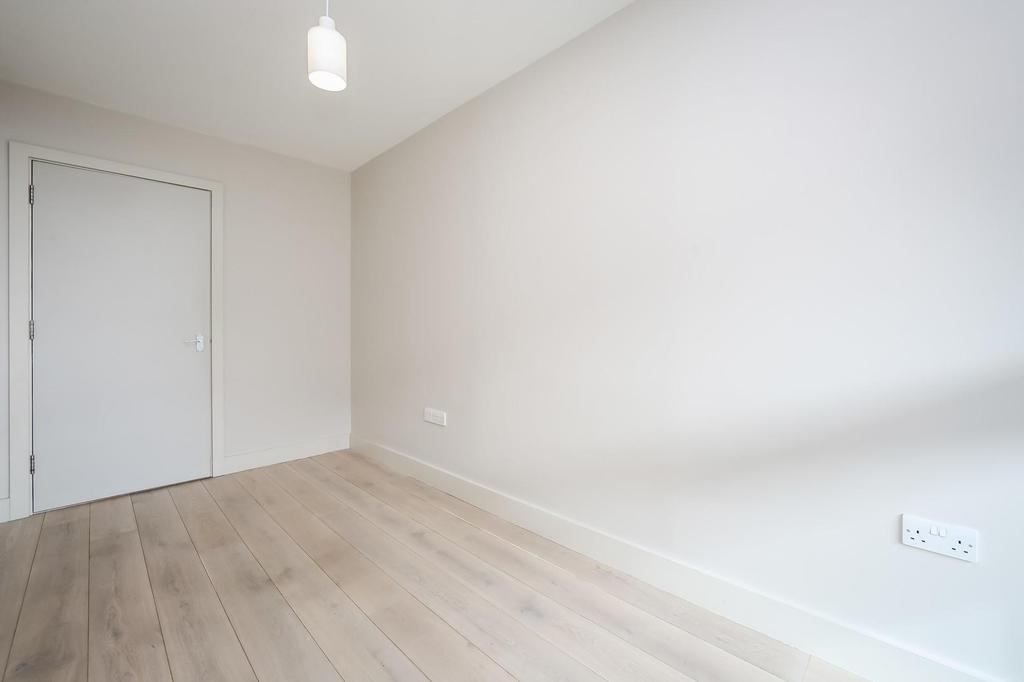 Smaller bedroom .1