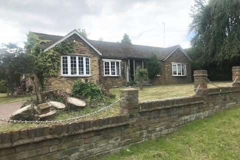 4 bedroom detached bungalow to rent - Andrews Lane, Cheshunt