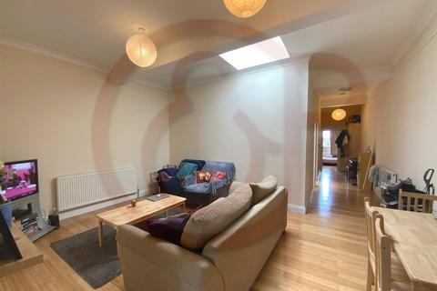 4 bedroom flat to rent - High Street, Acton, W3