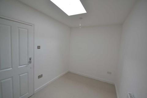 4 bedroom semi-detached house to rent - Cromer Close, uxbridge, Greater London, UB8