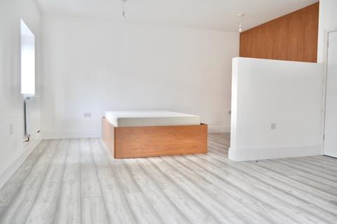 Studio to rent - Halesowen Road, Cradley Heath, West Midlands, B64