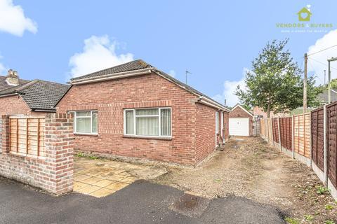 2 bedroom detached bungalow for sale - 25 Longwood Avenue, Cowplain, Waterlooville, PO8 8HZ