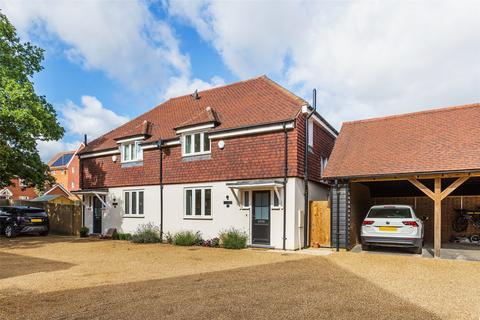 3 bedroom semi-detached house for sale - Malthouse Lane, Horley, Surrey, RH6