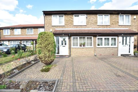 4 bedroom semi-detached house for sale - Brackendale Close, Osterley