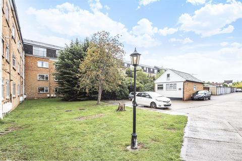 2 bedroom flat - Lavender Avenue, Worcester Park