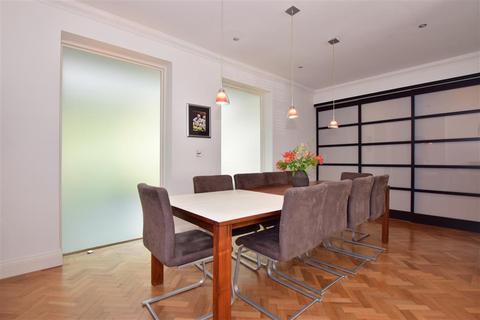 4 bedroom detached house for sale - The Warren Drive, Wanstead