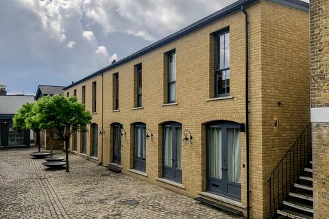 Studio to rent - Russell Road, London