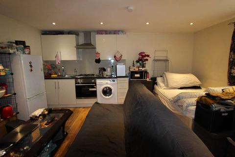 Studio to rent - Brassie Avenue, Acton, W3 7DE