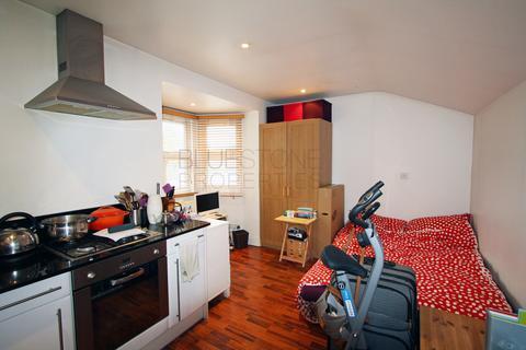 Studio to rent - Balham High Road, Balham