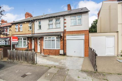 4 bedroom end of terrace house for sale - St. Catherines Avenue, Luton