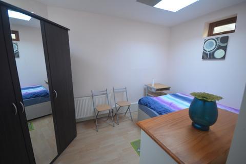Studio to rent - Stradbroke Grove, Ilford, IG5
