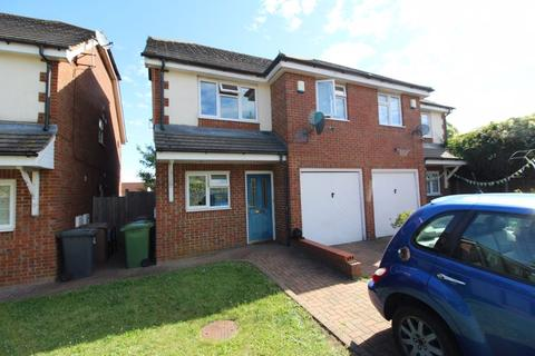 4 bedroom semi-detached house for sale - CHAIN FREE on Stoneygate Road, Luton