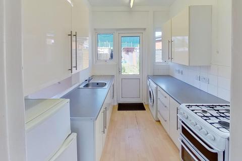 3 bedroom semi-detached house to rent - Penfold Road, BN14