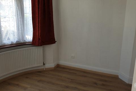 2 bedroom semi-detached house to rent - Clevedon gardens , Hayes UB3