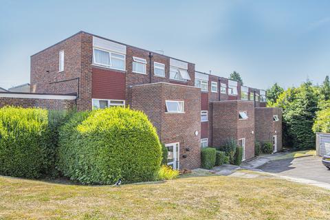 2 bedroom flat to rent - Woodlands Court, Woking, GU22