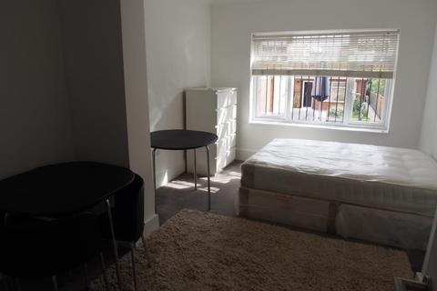 Studio to rent - North Circular Road, London, N13