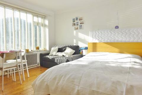 Studio to rent - Kingsway, Hove