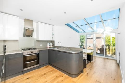 3 bedroom end of terrace house for sale - Gables Close London SE12