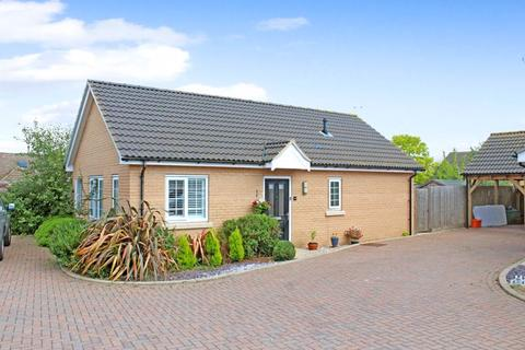2 bedroom detached bungalow for sale - Oak Crescent, Wickford