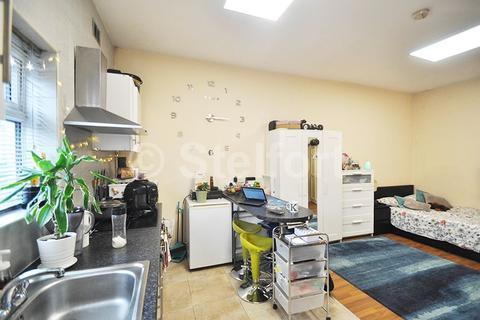 Studio to rent - Junction Road, London, N19