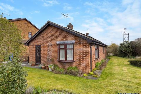 2 bedroom bungalow for sale - Springfield Road, Pocklington, York, YO42 2UY