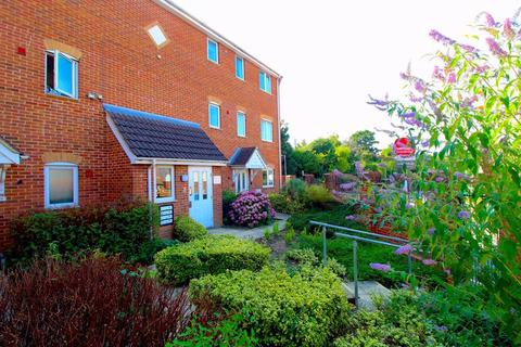 1 bedroom flat for sale - FANTASTIC INVESTMENT on Sarum Road, Luton