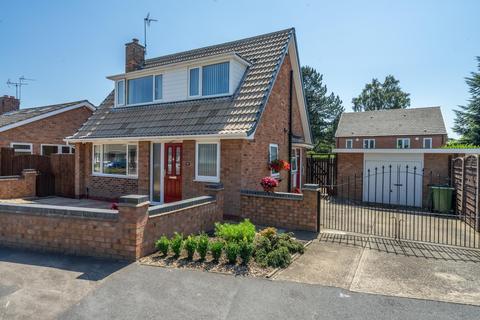 2 bedroom detached bungalow for sale - Runswick Avenue, Acomb, York