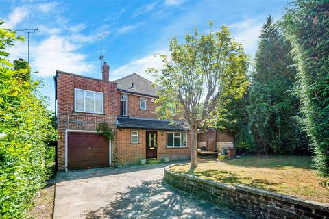 4 bedroom detached house for sale - Downs Way, Tadworth