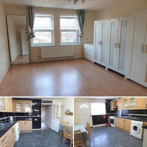 4 bedroom semi-detached house to rent - Hyde Close, London, E139BD