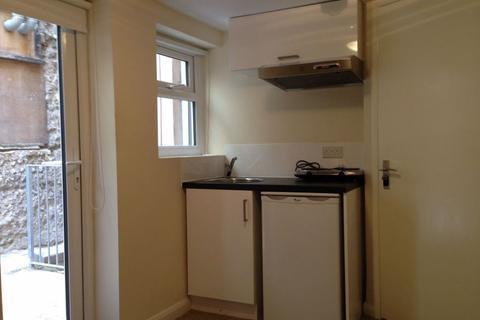 Studio to rent - Middle Street - P1162