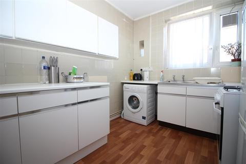 2 bedroom flat to rent - Wickford Street, London