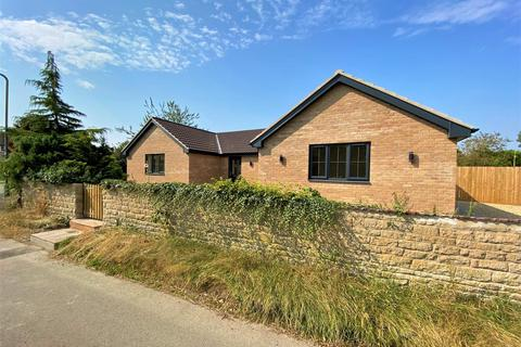 3 bedroom bungalow for sale - Corby Road, Swayfield