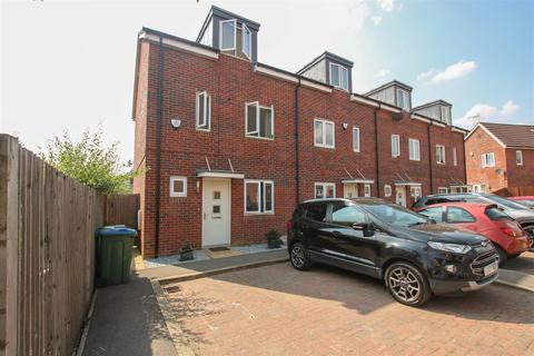 3 bedroom end of terrace house for sale - Domino Way, Aylesbury