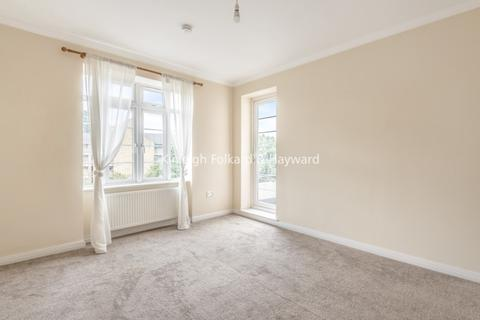 4 bedroom flat to rent - North Circular Road London NW11