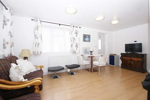 2 bedroom flat to rent - The Green, Acton